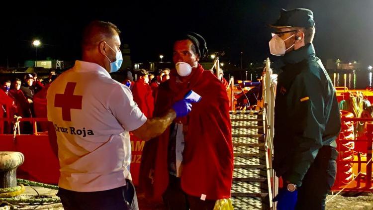 A su llegada al Puerto de Motril, voluntariado de Cruz Roja tomaba la temperatura a cada migrante.