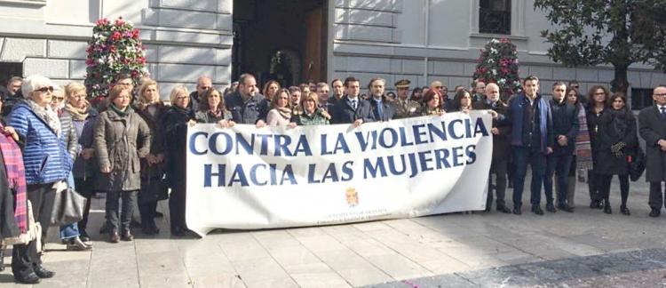 Representantes políticos y ciudadanos han secundado en distintos puntos de la provincia concentraciones silenciosas para condenar el asesinato de Pilar y reclamar medidas efectivas y la puesta en marcha del Pacto de Estado.