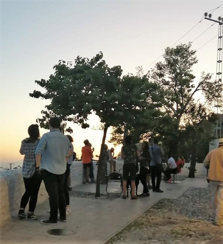 Imagen del mirador de la Vereda de Enmedio, lleno de grupos pese a las restricciones vigentes.