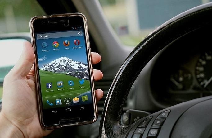 Llevar el móvil en la mano mientras se conduce conllevará perder 6 puntos.