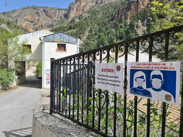 Cartel informando del cierre perimetral del municipio de Moclín.