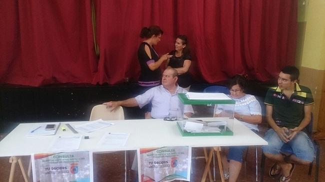Mesa para los mayores de Moraleda voten.