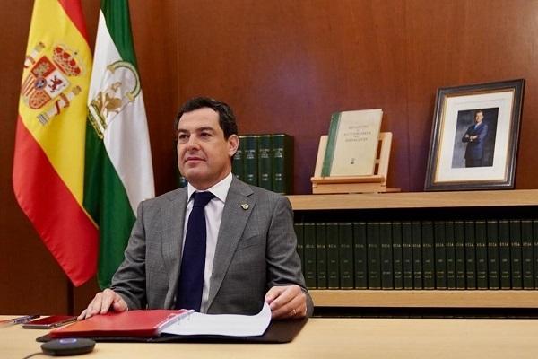 Juan Manuel Moreno, este domingo, antes de participar en la reunión telemática con Pedro Sánchez.