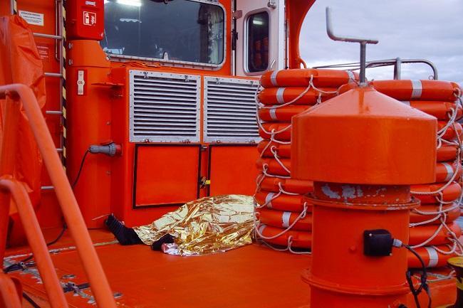 El fallecido yace en el barco de Salvamento.
