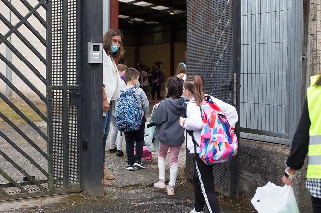 Niños entran a un colegio.