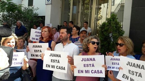 El alcalde de Maracena, en una de las concentraciones de apoyo a Juana Rivas.