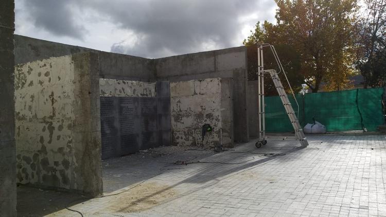 Las placas con los nombres que iban a instalarse en un Memorial en el Cementerio de la Almudena están siendo arrancadas.
