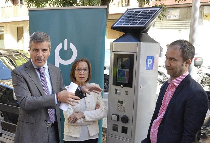 Uno de los nuevos parquímetros, en la calle Alhamar.