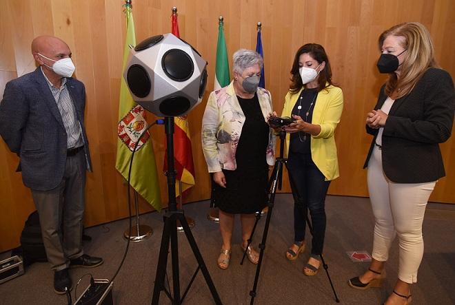 Responsables de Diputación, con el equipo de medición de ruidos adquirido.