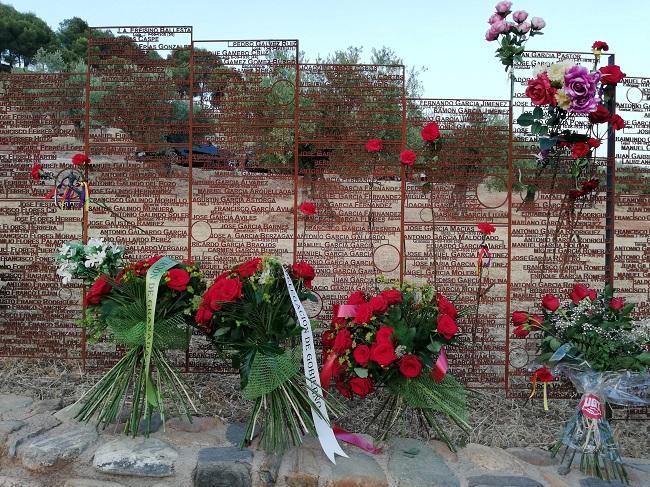 Memorial a las víctimas tras la ofrenda floral del pasado año.