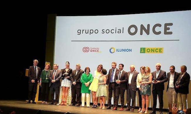 Los premiados, en la foto de familia, con las autoridades presentes.