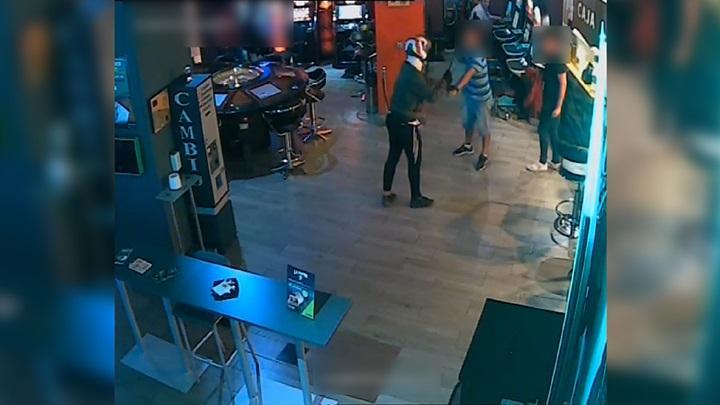 En uno de los robos llegaron a 'pinchar' con un cuchillo a un empleado de un salón de juegos.