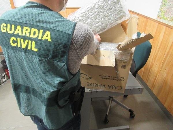 La Guardia Civil interceptó un paquete con más de 8 kilos de marihuana en una oficina postal.