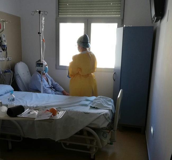 Paciente Covid se comunica con su familia por videollamada.