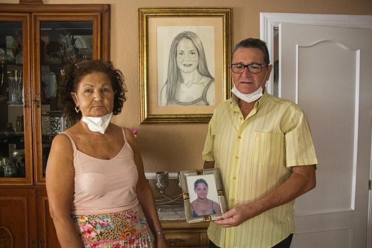 Antonio y Teresa, los padres de la joven María Teresa, desaparecida hace veinte años, en su domicilio junto al retrato de su hija.