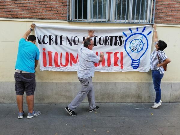 Pancarta cuando el encierro del Defensor de la Ciudadanía y el párroco de la Paz contra los cortes de luz en la Zona Norte.