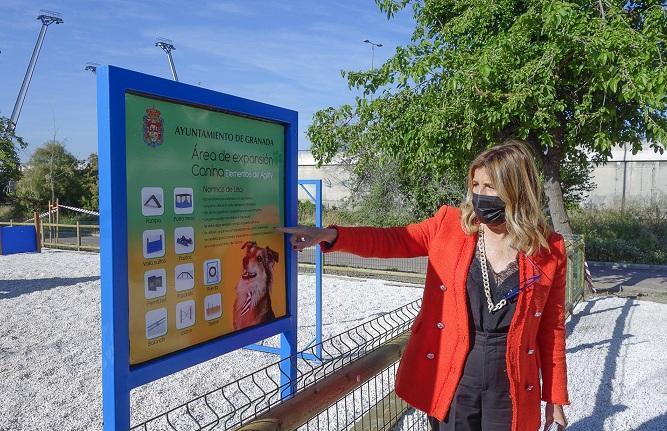 La concejala Eva Martín, en el nuevo parque para perros.