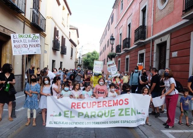 Manifestación celebrada este jueves por la recuperación y uso vecinal del carismático parque.