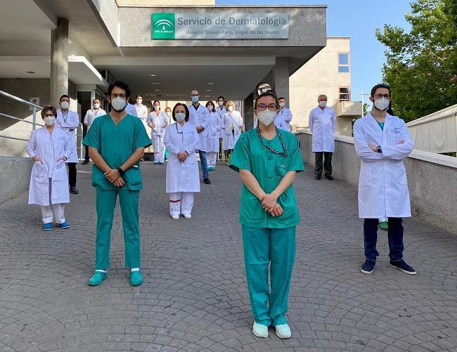 Parte del equipo de Dermatología, a las puertas del servicio, en el antiguo Clínico.