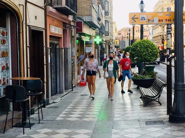 Dos jóvenes caminan por el entorno de Plaza Nueva.