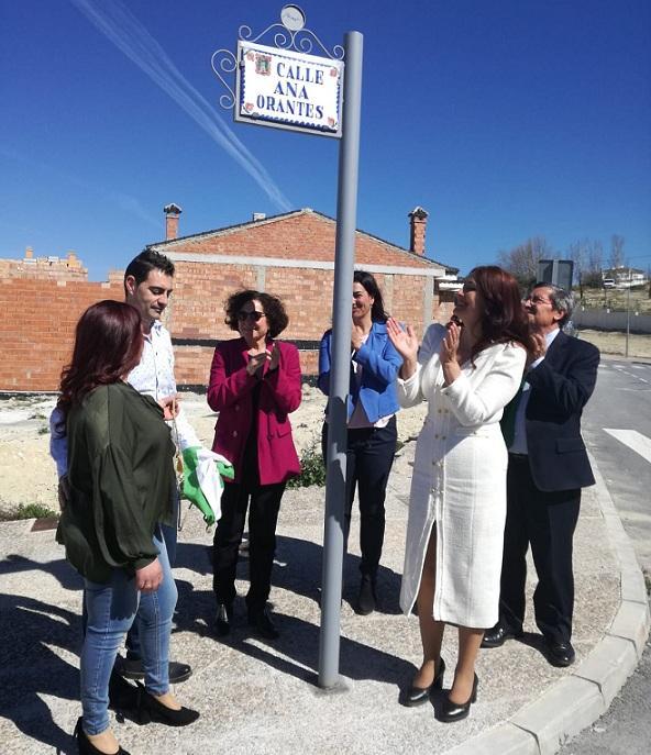 Rótulo de la calle dedicada a Ana Orantes, con la presencia de uno de sus hijos.