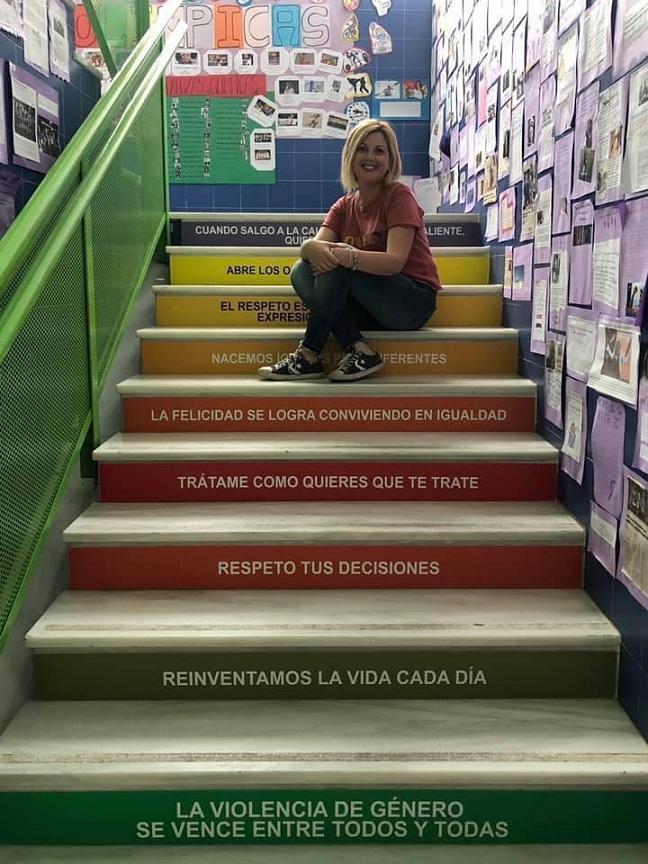 Mensajes en la escalera de uno de los colegios del municipio.