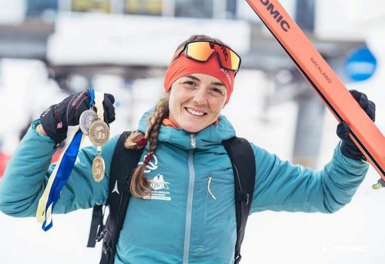La esquiadora granadina, con sus tres medallas.