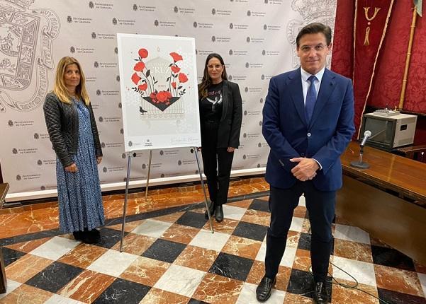 Alcalde y dos concejalas, junto al cartel del Día de la Cruz 2020.