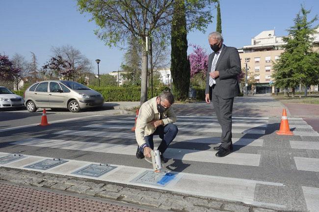César Díaz y José Antonio Huertas, este lunes, en el inicio de la señalización de los pasos de peatones con pictogramas.