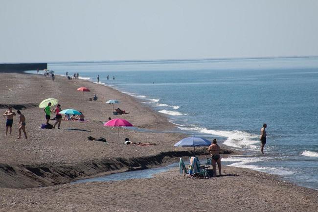 Playa de Salobreña, en el primer día de apertura al público.