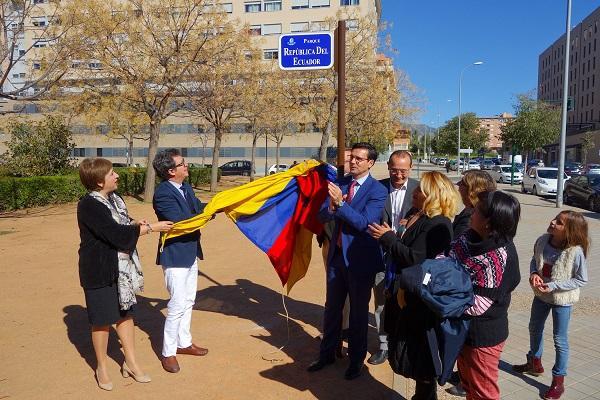 Inauguración de una placa conmemorativa en la Plaza República de Ecuador.