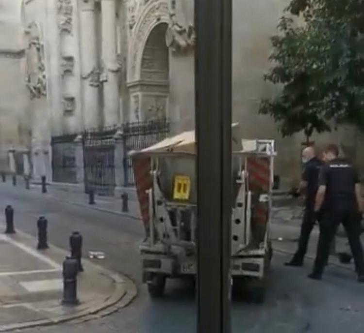 Los dos agentes, se protegen tras un vehículo de Inagra.