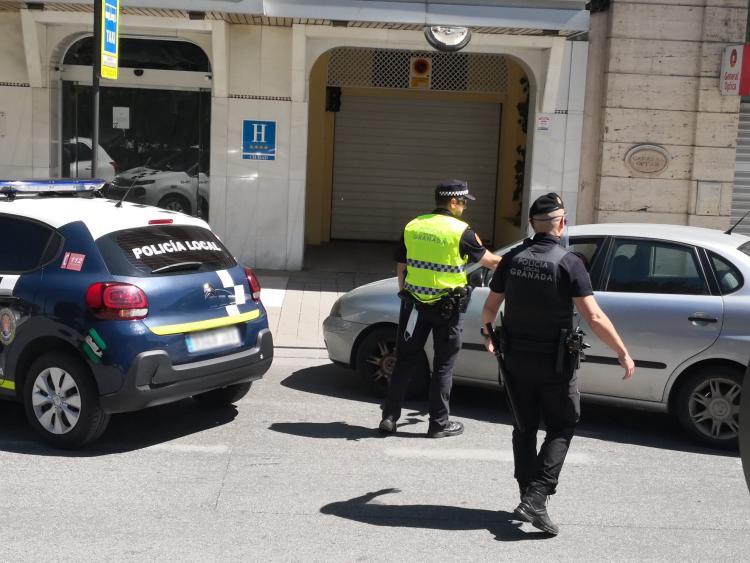 Agentes de la Policía Local de Granada, en un control.
