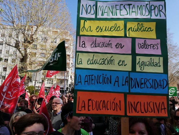 Una pancarta explicativa de la jornada de movilización en la enseñanza pública.