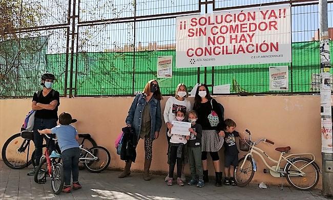 Detalle de la protesta, este viernes, en el CEIP Alcazaba.
