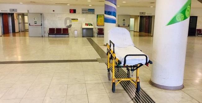 Una camilla, en la entrada del Hospital San Cecilio.