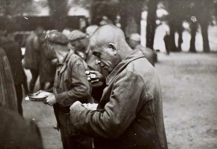 Presos políticos con la cabeza rapada en el campo de concentración de San Pedro Cardeña, en 1941.