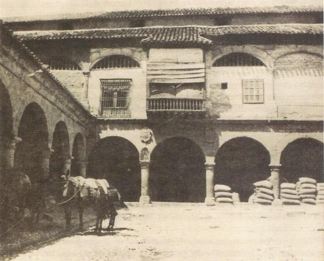 Alhóndiga de Granos, entre calle Alhóndiga y Mesones. En sus alrededores tuvieron sede la mayoría de mesones entre el XVI y el XX.