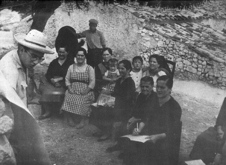 Clases a adultos de una cortijada de la zona de Algarinejo, en 1962.