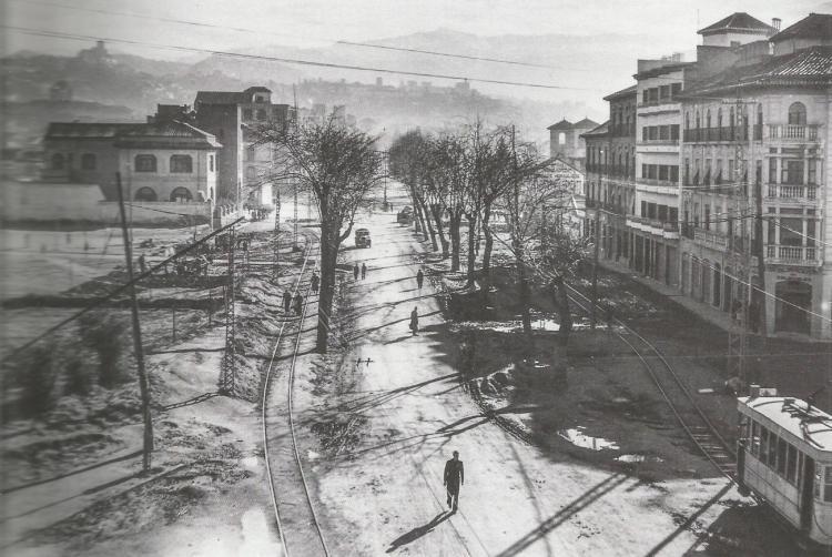 Invierno de los años 50. Imagen tomada desde la Venta la Caleta. Se ve un desordenado Bulevar, con los tranvías por los laterales y un solo coche por el camino central. Era la arteria que unía los tranvías del Sur con los del Norte de la Vega y las cocheras.