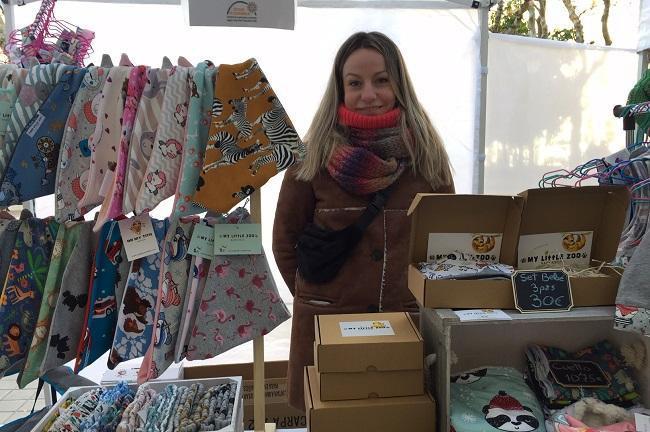 Eugenia, en su puesto de un mercado artesanal de Granada.