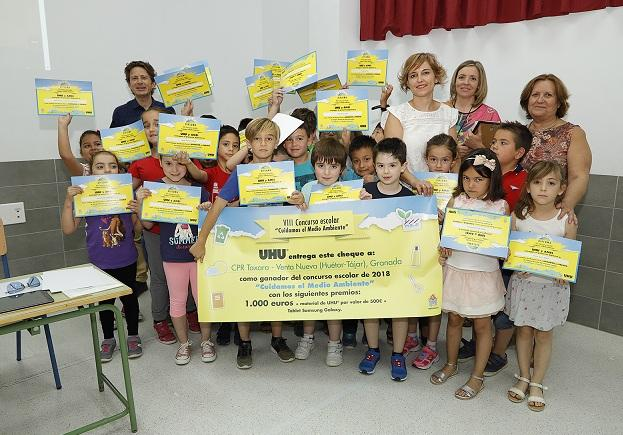 El grupo de escolares posa con su premio.