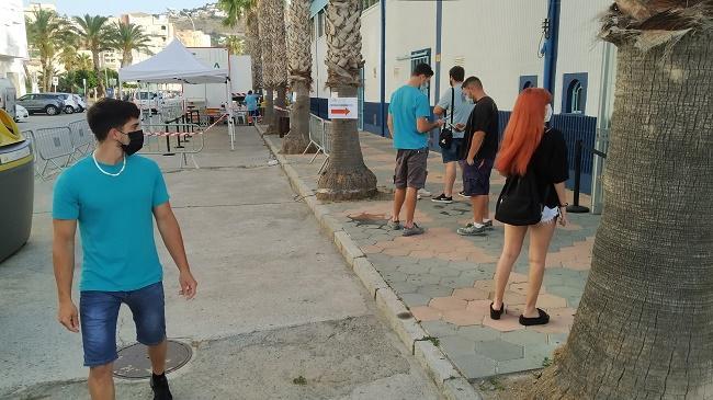 Jóvenes aguardan a ser vacunados en Almuñécar.