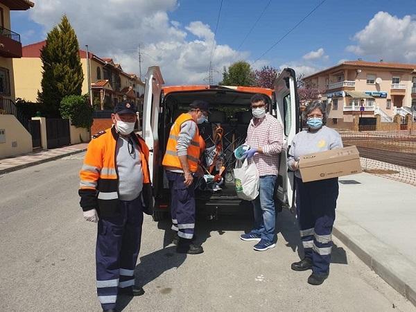 Los integrantes de Protección Civil recogen a domicilio las máscaras de snorkel.