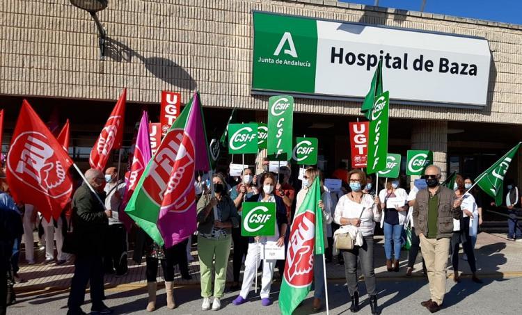 Protesta en el Hospital de Baza contra los despidos.