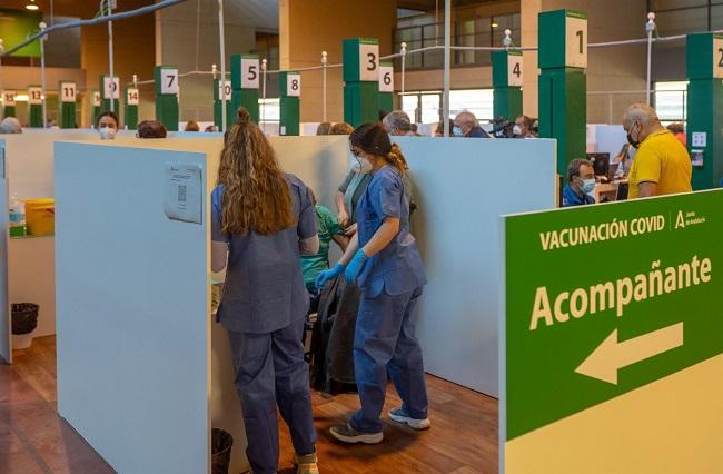 Una persona recibe una dosis de vacuna contra el Covid-19.