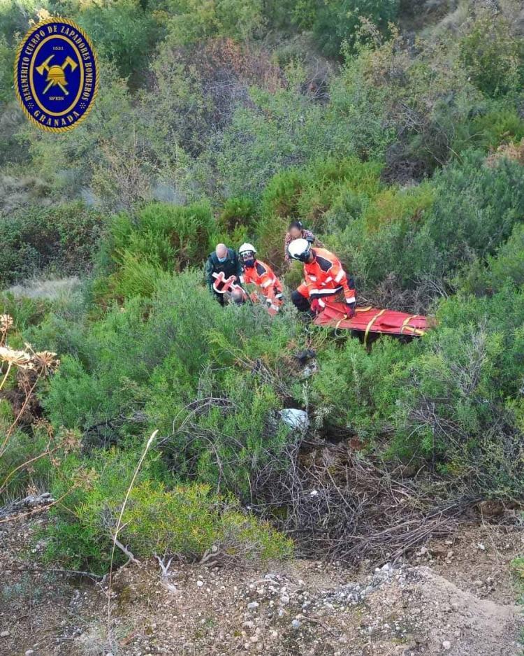 Imagen difundida por los Bomberos de Granada del rescate.