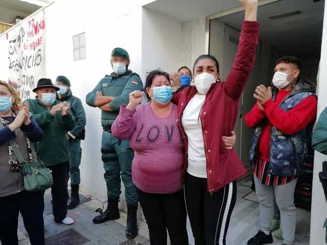 Vecinas celebran la suspensión del desahucio en Salobreña.
