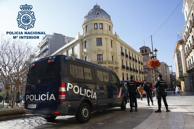 Dotación policial en servicio en la zona centro de Granada.