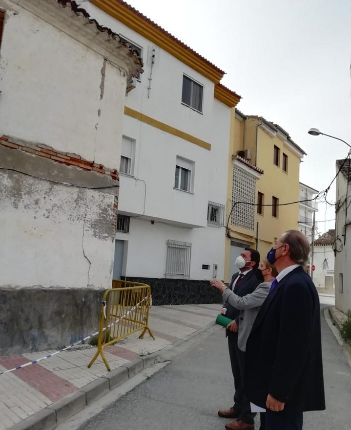 Responsables de la Junta observan grietas causadas por los seísmos en Atarfe.